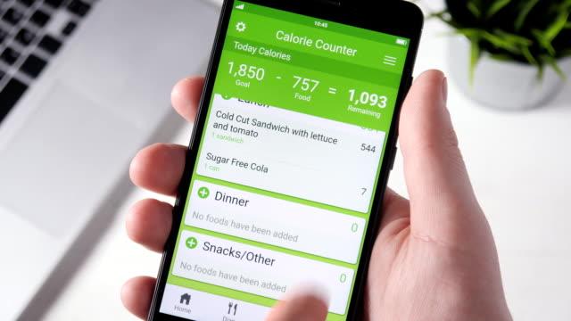 スマート フォン上のアプリをカウント カロリーを使用してください。 - コントロール点の映像素材/bロール