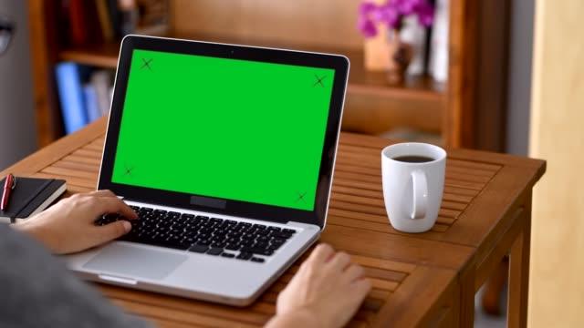 med chroma key skärm bärbar dator - människokroppsdel bildbanksvideor och videomaterial från bakom kulisserna