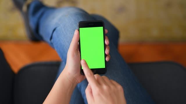 using chroma key screen smart phone at home - smartphone стоковые видео и кадры b-roll