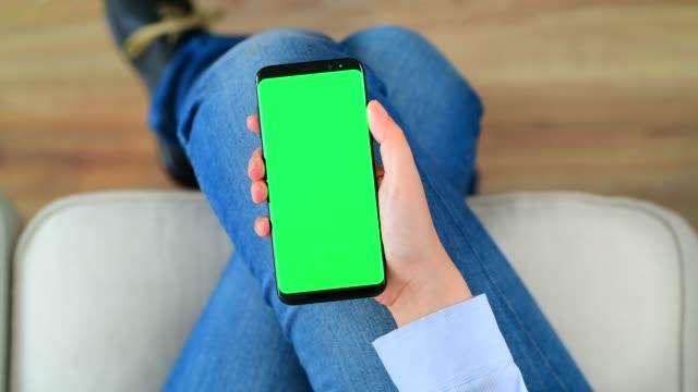 using chroma key screen smart phone - picchiettare video stock e b–roll