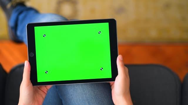 집에서 크로마 키 스크린 테이블 컴퓨터 사용 - hand holding phone 스톡 비디오 및 b-롤 화면