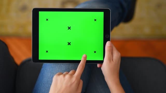 vídeos y material grabado en eventos de stock de uso de la tableta de pantalla de croma en casa - usar la tableta digital