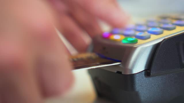 använda kreditkort reader, nära-up - spendera pengar bildbanksvideor och videomaterial från bakom kulisserna