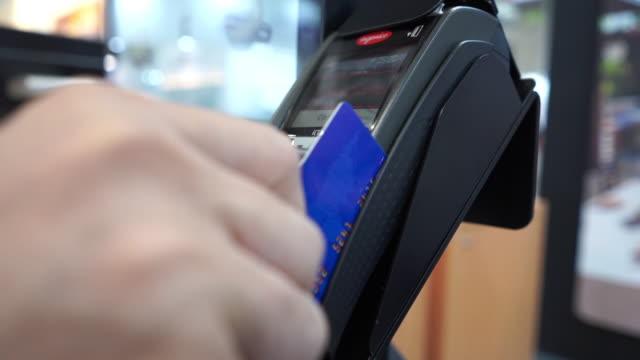 använda kreditkort - spendera pengar bildbanksvideor och videomaterial från bakom kulisserna