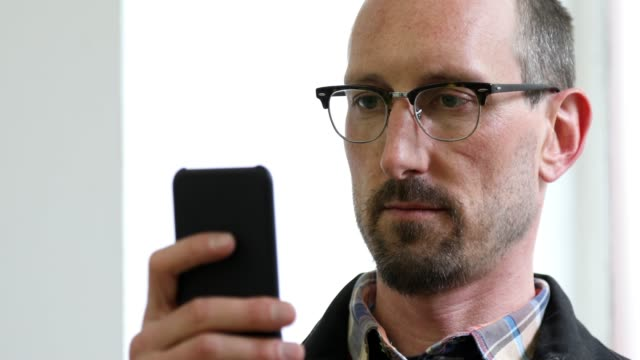 использование распознавания лиц для разблокировки смартфона - идентификация личности стоковые видео и кадры b-roll