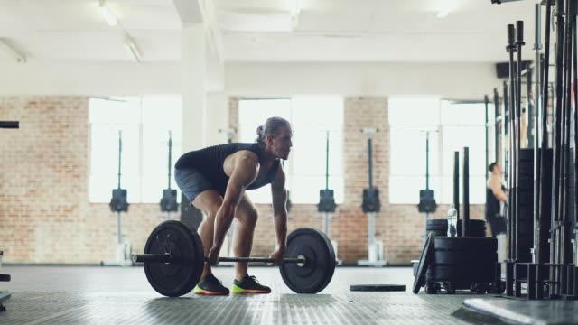 さらに強力になることの彼の力を使用してください。 - ウエイトトレーニング点の映像素材/bロール