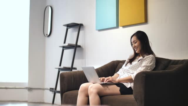 家でノート パソコンを使用してください。 - パソコン 日本人点の映像素材/bロール
