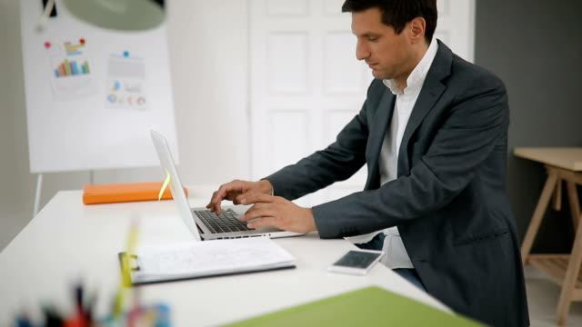 노트북을 사용 하 여 그의 일을 - 한 명의 중년 남자만 스톡 비디오 및 b-롤 화면