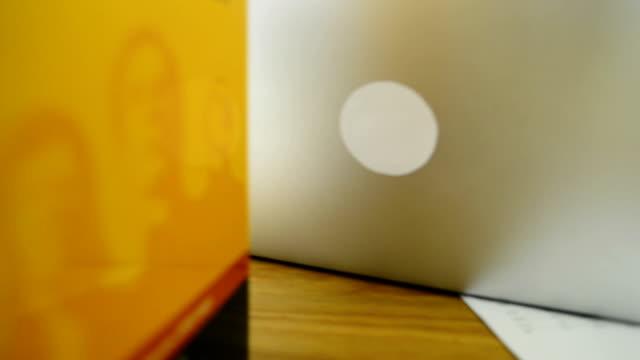 laptop benutzen - mouse pad stock-videos und b-roll-filmmaterial