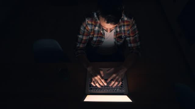 vídeos y material grabado en eventos de stock de usando mi laptop en la noche. - urgencia