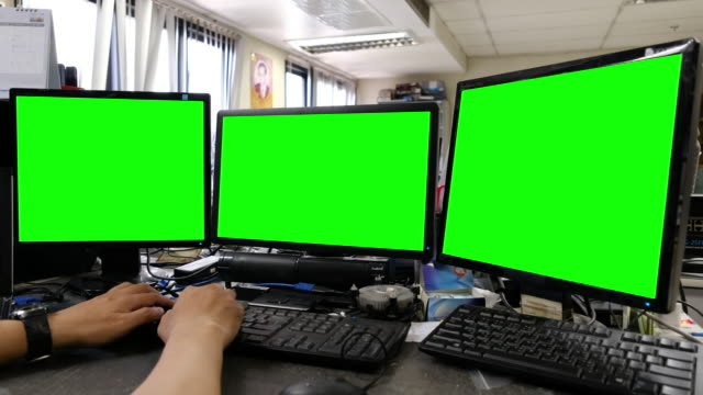 vídeos de stock e filmes b-roll de using on computer with green screen - três objetos