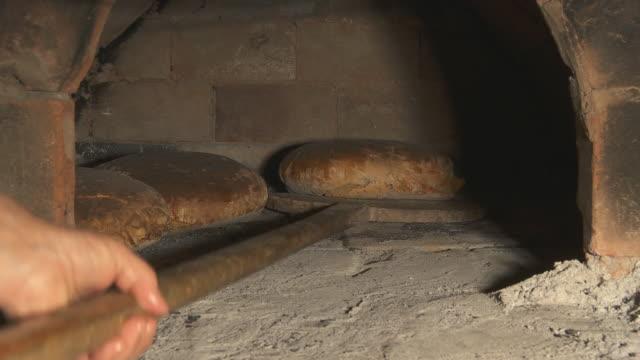 hd :dolly ピーリングにパンのオーブンから - 田舎のライフスタイル点の映像素材/bロール