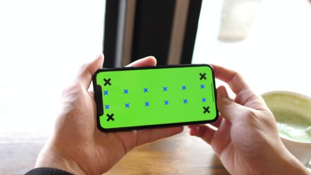 전화 녹색 화면 사용 - hand holding phone 스톡 비디오 및 b-롤 화면