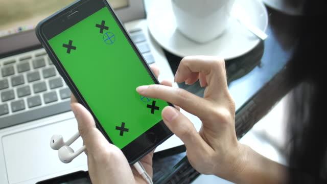 använda telefonen med färgtransparens - telefonmeddelande bildbanksvideor och videomaterial från bakom kulisserna