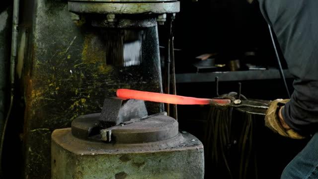 utilizzo del martello pneumatico per modellare la metallo caldo. fare la spada di metallo. - fabbro ferraio video stock e b–roll
