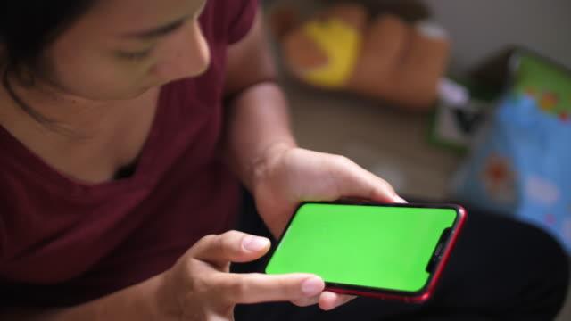 slo mo med hjälp av smart telefon grön skärm - telefonmeddelande bildbanksvideor och videomaterial från bakom kulisserna
