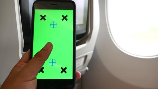 녹색 화면으로 비행기에 스마트 휴대 전화를 사용 하 여 - airplane seat 스톡 비디오 및 b-롤 화면