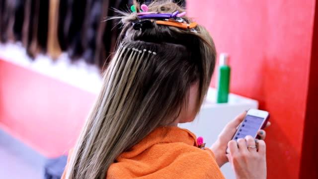 スマートフォンを使用して髪の延長 - 美容室のビデオ点の映像素材/bロール