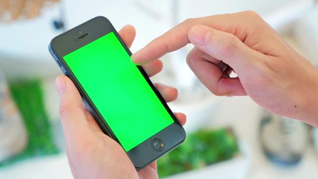 Usando o telefone inteligente, com tela verde, Close up - vídeo