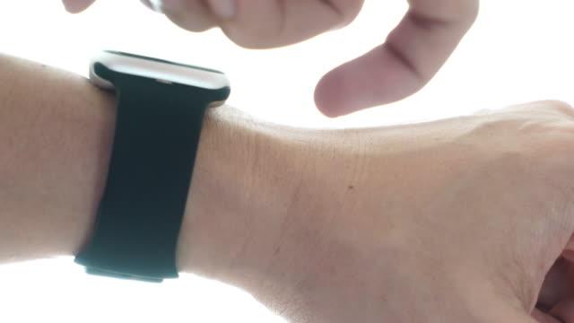 vídeos de stock, filmes e b-roll de usando smartwatch - punho