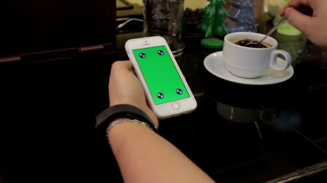 vídeos de stock, filmes e b-roll de usando smartphone, greenscreen - punho
