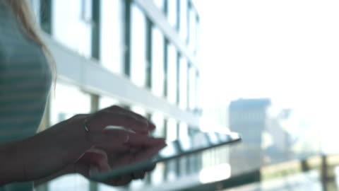 vídeos y material grabado en eventos de stock de usando tablet pc en el camino - miembro humano