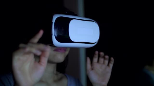 vídeos de stock, filmes e b-roll de usando o fone de ouvido de realidade virtual em jogos de vr - realidade virtual