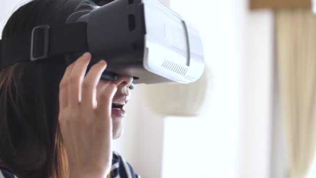 vr gözlükle evde - sanal gerçeklik stok videoları ve detay görüntü çekimi