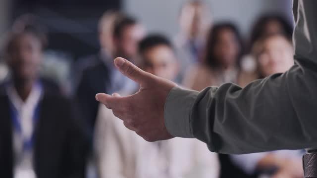vídeos de stock e filmes b-roll de using words to boost company worth - envolvimento dos funcionários