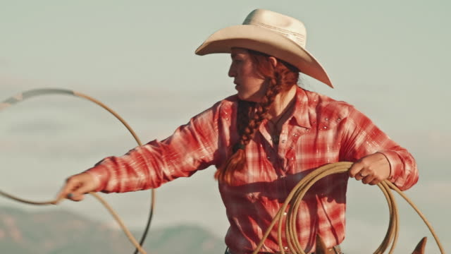 utah cowgirl mit lasso - frauenpower stock-videos und b-roll-filmmaterial