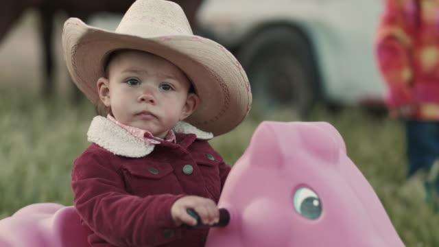 vídeos de stock e filmes b-roll de utah rancher baby - rancho quinta