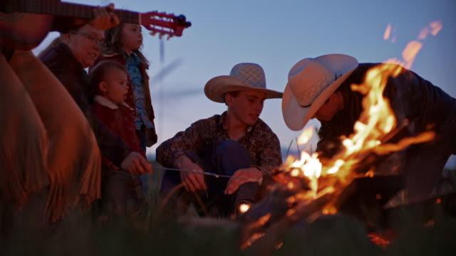 vídeos de stock e filmes b-roll de utah rancher family by the bonfire - rancho quinta