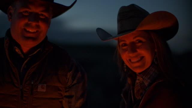 vídeos de stock e filmes b-roll de utah rancher family by the bonfire - dureza