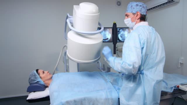 vídeos y material grabado en eventos de stock de terapia de embolización de fibromas uterinos - arteriograma