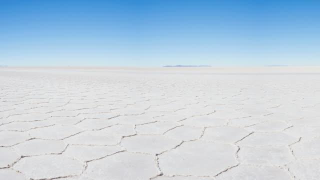 vidéos et rushes de vue panoramique plat de sel de uyuni, mondialement célèbre voyage destination dans les andes, de bolivie, de l'amérique du sud. - lac salé