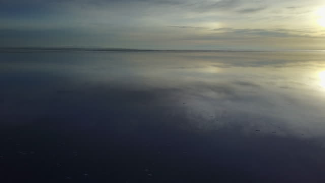 vidéos et rushes de réflexions de saltflats uyuni. le paysage le plus étonnant qu'un photographe puisse voir. un lever de soleil au-dessus de l'infini, l'horizon infini couvrent par l'eau nous offrent la crainte des reflets symétriques de ciel coloré sur l'eau - lac salé