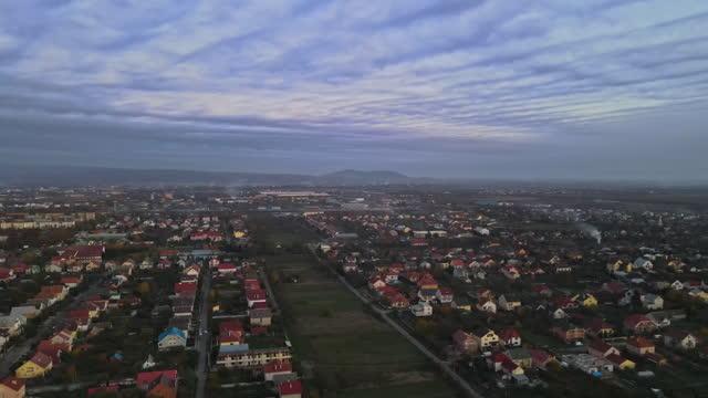 uzhgorod dall'altezza del nebbioso durante la vista dell'alba di situato in transcarpathia ucraina - transcarpazia video stock e b–roll