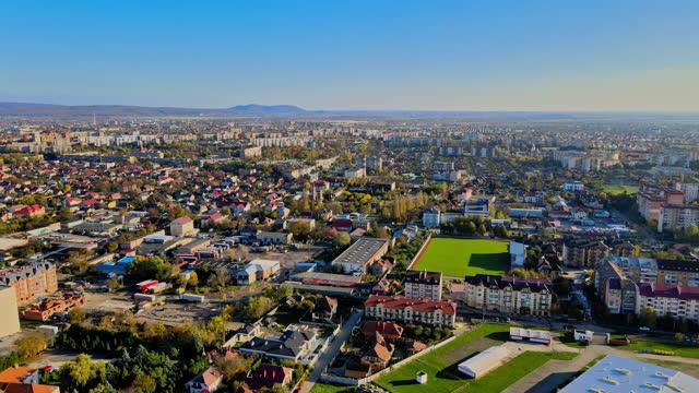 città di uzhhorod con strade strette, edifici antichi vista aerea dall'alto con tetti rossi transcarpathia, ucraina europa - transcarpazia video stock e b–roll