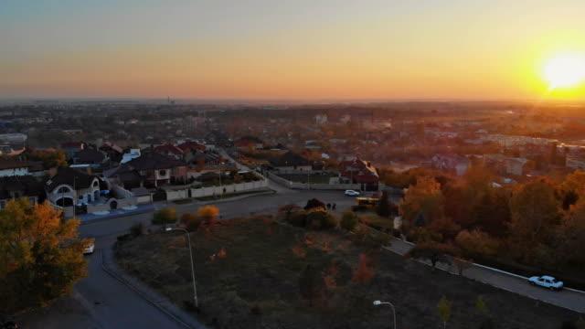 uzhhorod ucraina europa tramonto aereo di piccole case architettoniche antiche del paesaggio urbano - transcarpazia video stock e b–roll