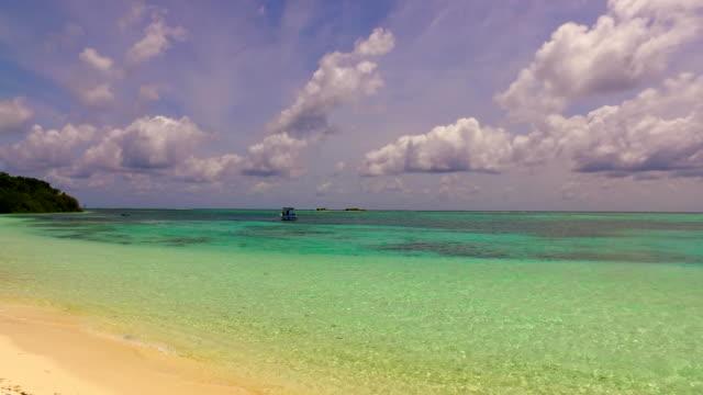 vídeos de stock e filmes b-roll de v00094 maldives beautiful beach background white sandy tropical paradise island with blue sky sea water ocean 4k - linha do horizonte sobre terra