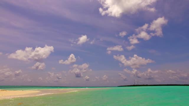vídeos de stock e filmes b-roll de v00125 maldives beautiful beach background white sandy tropical paradise island with blue sky sea water ocean 4k - linha do horizonte sobre terra
