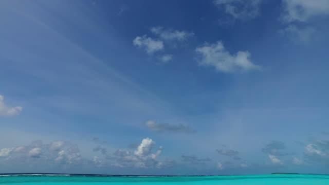 vídeos de stock e filmes b-roll de v00279 maldives beautiful beach background white sandy tropical paradise island with blue sky sea water ocean 4k - linha do horizonte sobre terra