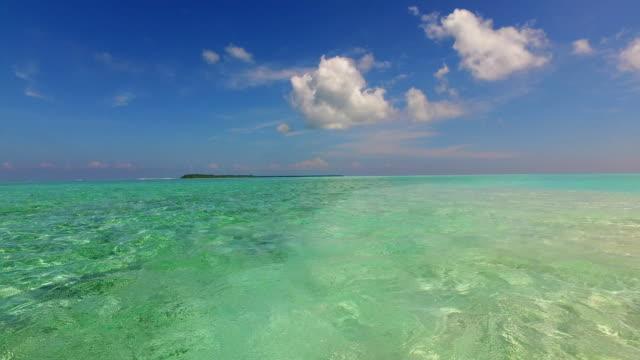 青空の海の水の海 4 k v01506 モルディブ美しいビーチ背景白い砂浜の熱帯の楽園島 - 水平線点の映像素材/bロール