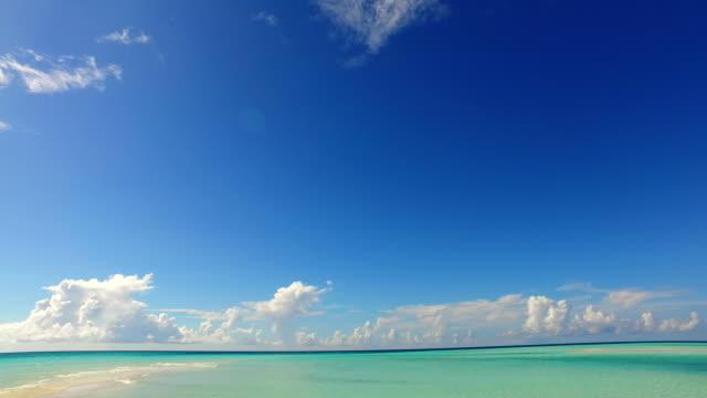青空の海の水の海 4 k v02366 モルディブ美しいビーチ背景白い砂浜の熱帯の楽園島 - 水平線点の映像素材/bロール