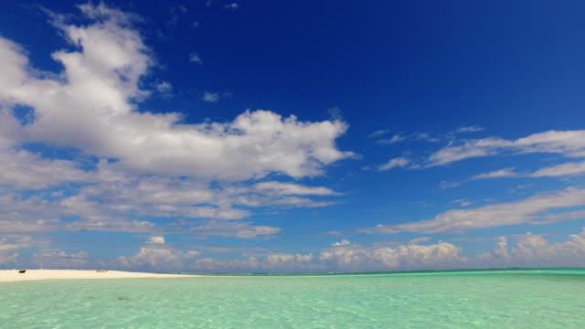 vídeos de stock e filmes b-roll de v02394 maldives beautiful beach background white sandy tropical paradise island with blue sky sea water ocean 4k - linha do horizonte sobre terra