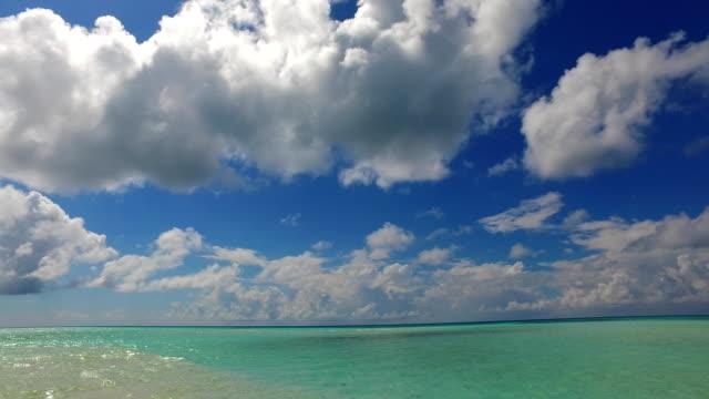 vídeos de stock e filmes b-roll de v02494 maldives beautiful beach background white sandy tropical paradise island with blue sky sea water ocean 4k - linha do horizonte sobre terra
