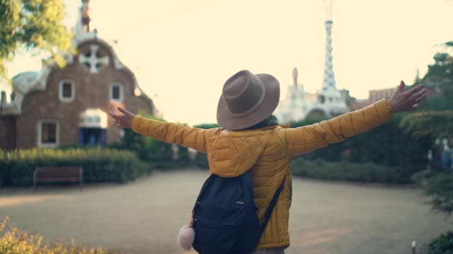 vacation in barcelona - турист с рюкзаком стоковые видео и кадры b-roll