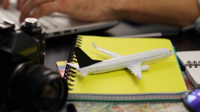 vacation trip planning - online flight ticket and information search - fare una prenotazione video stock e b–roll