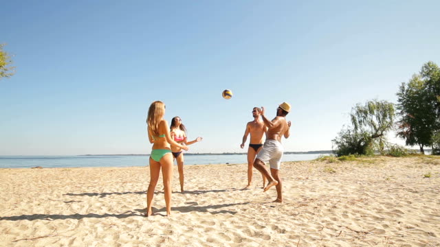 Urlauber am Strand Volleyball spielen. – Video