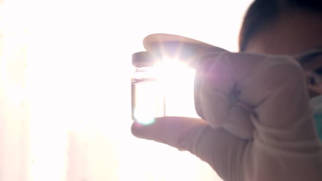 vídeos de stock e filmes b-roll de covid-19 vaccine in research - terapia alternativa